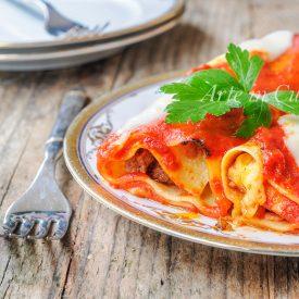 Cannelloni di lasagna con ricotta e carne al sugo