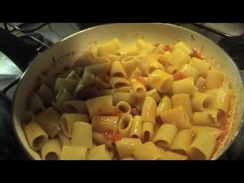 Pasta al sugo con ricotta e mozzarella