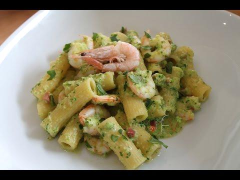 Rigatoni con crema fresca di zucchine, gamberetti e speck