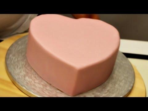 Come coprire una torta con la pasta di zucchero
